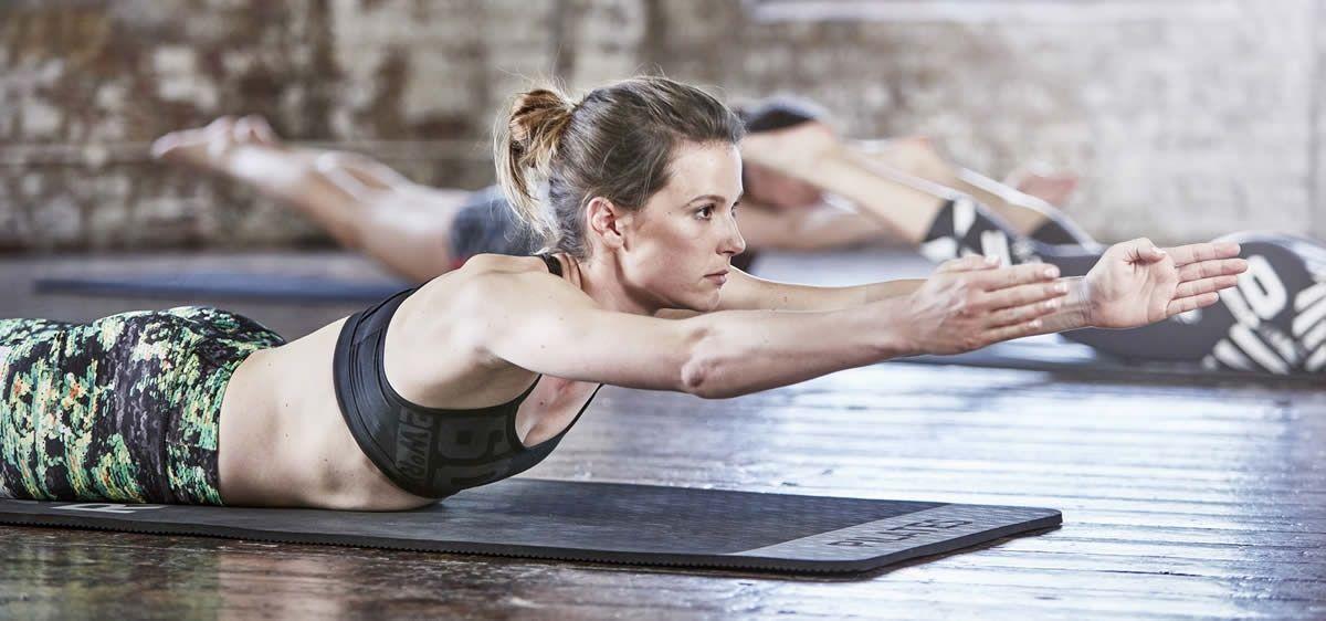 Pilatesmatolla harjoittelua